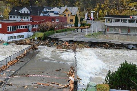 UBRUKELIG. Brua over til Hjøllo er vanligvis mye brukt. Nå er den ødelagt og det vil koste rundt 20 millioner å bygge ny i følge en ny rapport.