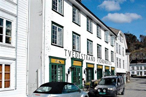 Manglende brannsikkerhet på Fjordhotellet har satt gjestene i fare, mener Brannvesenet. Hotelleier, Stein Matre, nekter å betale boten på 300 000 kroner.