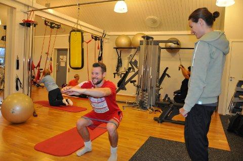 KNEBØY: Espen Parken Bakken trener styrke og bevegelighet. Hans personlige trener, Ingvild Stensland, følger nøye med.