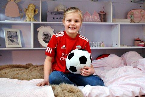 ELSKER FOTBALL: Jeg tror det blir kjempekult og artig, sier Anna Rognli (7) fra Vinstra om at hun skal være Liverpool-maskot og holde selveste Steven Gerrard i hånda på Anfield neste helg.