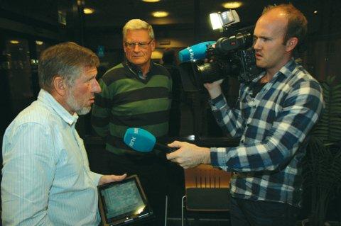 NRK-journalist Leif Dalen intervjuer og filmer Svein Olav Hageli (Ap) og Erling Holm (H) i forbindelse med saken om nattero.