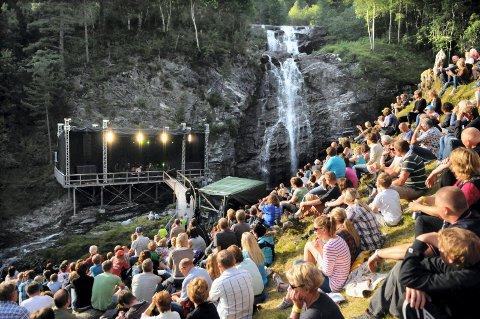 Nye konserter: Halsa historielag og Valsøyfjord IL har gått sammen om å sikre nye konserter ved fossen i Valsøyfjorden.