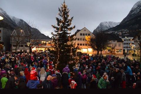 JULEGATEÅPNING. Denne helgen tennes lysene på treet i Almerkeparken og Odda Handelsstandsforening markerer begynnelsen på årets julehandel.