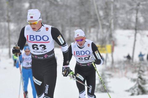 HENGER PÅ: Karstein Johaug (bak) hang på teamkameraten Mikael Gunnulfsen.