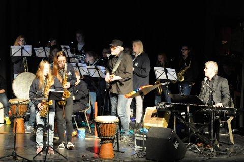Norcem pike og guttekorps spilte blues så det dundra under hentekonserten søndag. Kristine Solvoll imponerte med saksofonsolo sammen med dirigent Silje Kleiv, Trond Ytterbø og resten av korpset.