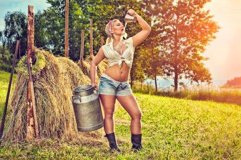"""""""Hvem husker egentlig hvorfor de kastet klærne? Sannheten er at effekten med nakenkalendere og ditto reportasjer i aviser og blader er oppbrukt for lenge siden."""" skriver kommentator Anne Grenersen i sitt Apropos. Her et bilde fra Senterungdommens 2013-kalender."""