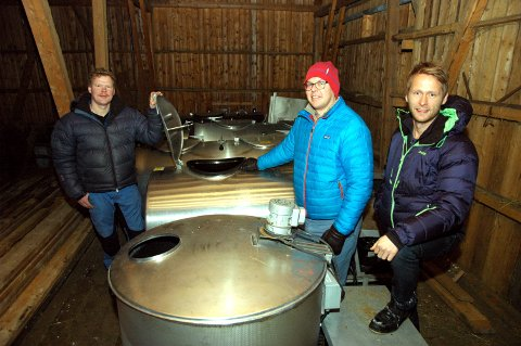 Frå mjølk til øl: Knut Olav Dokken, Jon Teodor Lyster og Jan Tore Vik (t.h.) med utrangerte mjølketankar dei har kjøpt frå Tine. Dei skal snart monterast i fjøset på Vik ? og fyllast med øl.