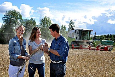 NYTT BYGG: Det nye bygget fra Canada er spesielt utviklet til mat. Produsente ne Katrine Kerr Gammelsrød og Svein Bovim flankerer her daglig leder i Norsk Matbygg, Trude Osa.