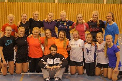 BESØK: 16-åringene til Gran HK sammen med trener Tom-Eirik Skarpsno. Foto: Privat