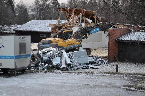 RIVES: Paviljongene som har vært arbeidssted for så mange ungdomsskoleelever i Brandbu er i ferd med å bli revet. Nye Brandbu barneskole skal tas i bruk om snaut to år.Foto: Terje Nilsen