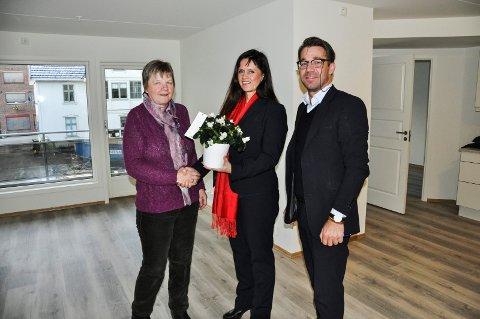 FLYTTET INN: Inger Langli flyttet mandag inn i ny leilighet i Møllegaarden. Hun fikk blomster og nøkler fra meklerne Inger Helene Heier og Terje Heggen.