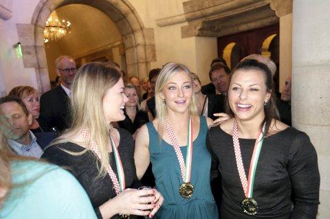 I FINSTASEN: Veronica Kristiansen (f.v.), Stine Bredal Oftedal og Nora Mørk kan ta med seg både EM-gullet og finstasen inn i juletiden.
