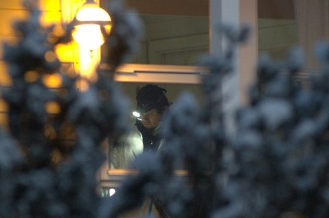 PÅ ÅSTEDET: Politiets teknikere foretar nå undersøkelser inne i huset. FOTO: VIDAR SANDNES