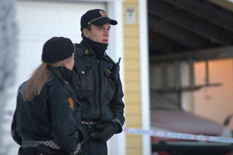 FUNNET DØD: En person er drept på Fjellhamar. Politiet holder tirsdag vakt ved åstedet. FOTO: VIDAR SANDNES