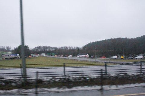 Kaos ved avkjøringen mot Frogner hvor både trafikken nordover på E6 og de bilene som hadde stått fast nord for avkjøringen ble ledet inn.
