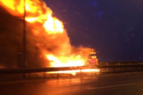 STORE FLAMMER: Det brant kraftig i mobilkranen tirsdag morgen.