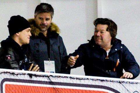 VELKOMST: Robin Sterner (t.v.) ankom Lørenskog ishall under kampen mot Frisk Asker og hilste på både sportssjef Atle Olsen og styreleder Stig Atle Johnsen.