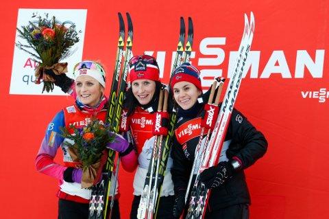 NUMMER TRE: Heidi Weng var fornøyd med tredjeplassen i Toblach. Her er Enebakk-jenta på pallen sammen med Therese Johaug (t.v.) og Marit Bjørgen.