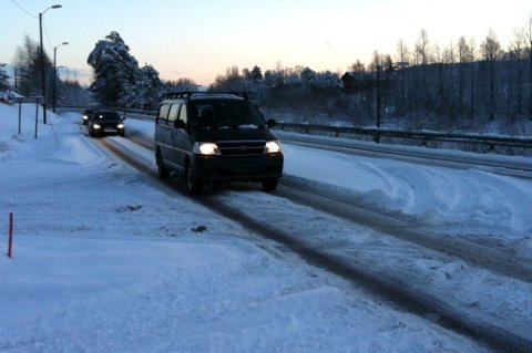 BARE SPOR: På den trafikkerte fylkesvei 22 mellom Kjellerholen og Kjeller er kjøreforholdene svært vanskelig lørdag ettermiddag. FOTO: RB-TIPSER
