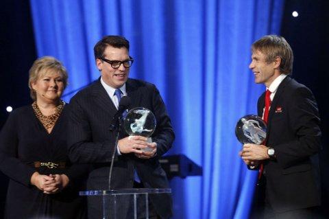 GLADE GUTTER: Johan Olav Koss og Atle Vårvik fikk begge hedersprisen for hver sin organisasjon. De fikk prisene sine av statsminister Erna Solberg. FOTO: SCANPIX