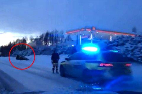 AV E&: Her ligger en av bilene som har sklidd av E6 i løpet av lørdagen. Bildet er tatt ved Skedsmovollen. FOTO: CHRISTER DAHL
