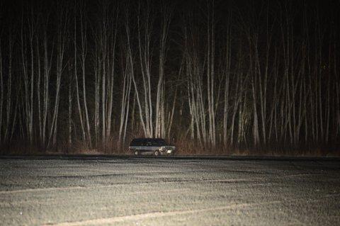 650 METER FRA GRUSVEIEN: Her, i enden av jordet på Kjeller står bilen parkert tett inntil skogkanten. Politiet har tatt nøklene til mannen. De vil han få tilbake når han er edru og skikket til å kjøre bil, sier politiet. FOTO: VIDAR SANDNES