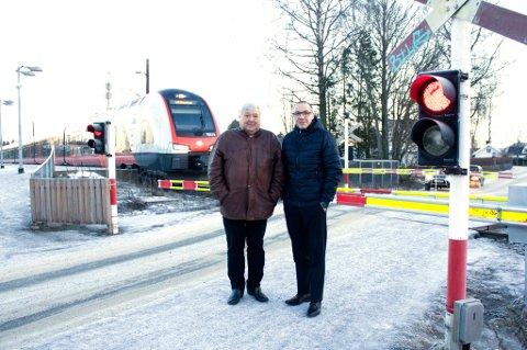 Farlig kryssing: Ordfører Harald Espelund og Tom Staahle på Nordby stasjon hvor veien går over jernbanelinja. Nå vil de stenge den og kun ha en undergang under jernbanen for gående og syklende.