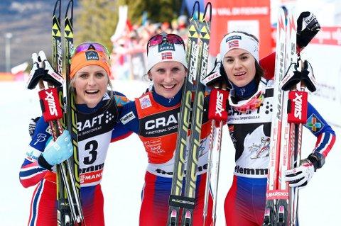 TAPETSERTE PALLEN: Marit Bjørgen (midten) vant suverent foran Therese Johaug (t.v.) og Enebakk-jenta Heidi Weng. FOTO: NTB SCANPIX