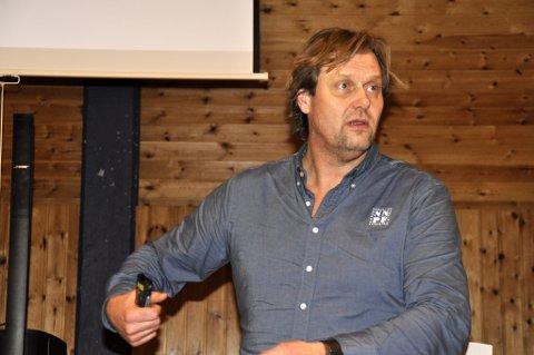 En engasjerende og emgasjert Lars Holmen oppfordret foreldre i Sør-Aurdal til å bry seg.