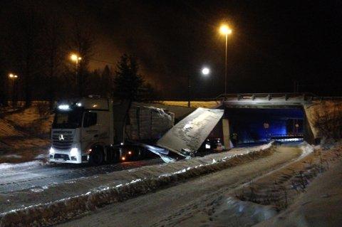 STORE SKADER: Vogntoget som mandag kveld kilte seg fast under E6-brua fikk store materielle skader. FOTO: VIDAR SANDNES