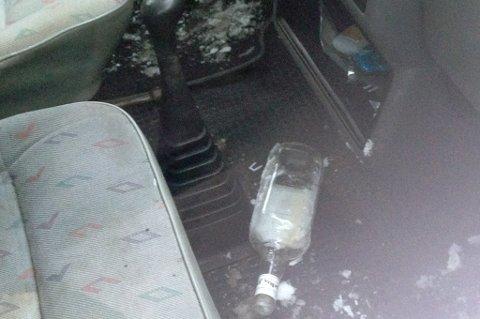 TOMGODS: I bilen lå det igjen en tømt brennevinsflaske.