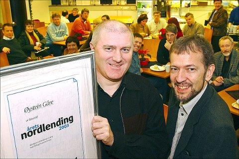 """Øystein Gåre med diplomet som viser at han er """"Årets nordlending 2003"""", ifølge både fagjuryen og et bredt lag av avisas lesere. Til høyre juryleder og sjefredaktør Thor Woje."""