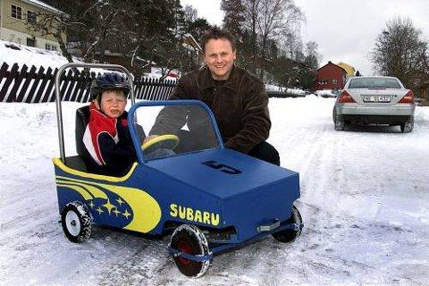 Terje Skaug fra Skien har dilla på olabiler. Her sitter sønnen Eirik i en olabil som er laget av bestefar Leif Skaug.