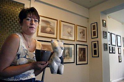 PRODUKSJON: Karita Gryteselv holder til på Galleri Lina. ? Utstillingen blir stående til i september, men det blir en eller annen form for produksjon her etterpå for å opprettholde aktiviteten, sier hun.