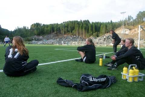 TYNT I REKKJENE: Kvernbit klarar ikkje stilla med meir enn eit 7ar lag på damejuniorsida denne sesongen. Fleire andre klubbar i Nordhordland klarar ikkje stilla lag i det heile. No håpar Kvernbit-trenar Sissel Helen Breivik (ståande) at klubbar kan gå saman for å få eit skikkeleg tilbod for jentene.
