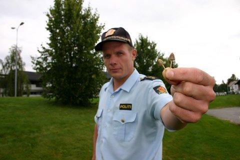 FARLIG SOPP: Politibetjent Arne-Olaf Sween ved Nord-Odal lensmannskontor advarer unge mot å spise fleinsoppen som vokser i Sand sentrum. Mange ruser seg på soppen.