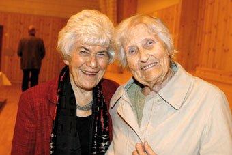 61 ÅR SIDAN SIST: Ingrid Espelid Hovig og Olga Leiknes Hopsdal har ikkje sett kvarandre sidan dei var kullingar på husmorskulen på Fløksand i 1943.  Fabelaktig å møtast igjen, seier dei.