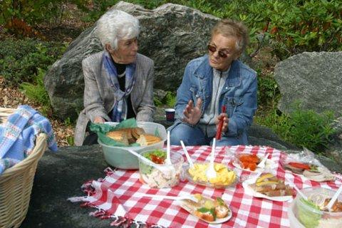 PIKNIK PÅ HUSMORSKULEN:  Dette smakte herleg, seier Ingrid Espelid Hovig og Kari Fløysand, lærar og elev på husmorskulen i 1954. No er skulen og området rundt blitt ein del av golfanlegget på Fløksand.