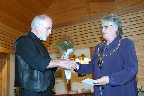 REDAKTØREN: Geirmund Johnsen har vore redaktør for songboka, og fekk blomster frå ordføraren.
