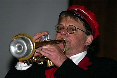 GA ALT: Odd Gunnar Nilsen hadde pyntet seg med russeutstyr, og ga alt i en solo med Brønnøysund musikkorps.