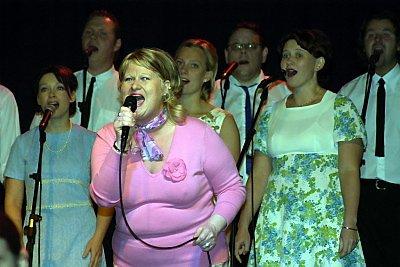 Åpnet ballet: Siri Høyholm serverer en fin versjon av Connie Francis-låten «Lipstick on your collar», i showets åpningsnummer.