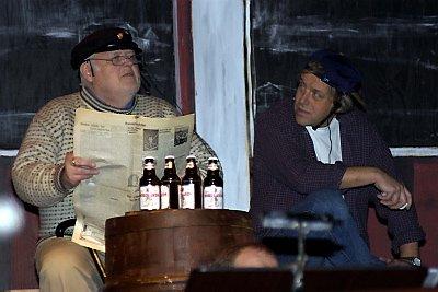 KAIPRAT: Olaf Olsen (t.v.) og Iver Dreiås som Kristian og Hans sitter på kaikanten og filosoferer. Blant annet leser de i en hundgammel lokalavis.