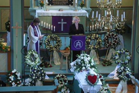 HØGTIDLEG: Ivar Medaas vart bisett i Meland kyrkje fredag. Her er det dottera Yngvill som talar i kyrkja.