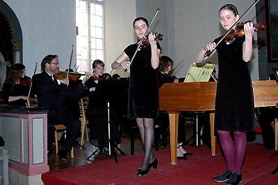IMPONERTE: Tvillingsøstrene Ljuba og Nadja Kalmykova (13) er en stor berikelse for musikklivet på Helgeland.