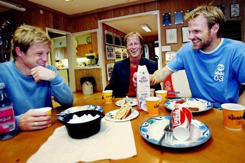 Feiring. Erik Hoftun feiret sin overgang til Bodø/Glimt på Rosenborg-brakka med frokost sammen med Ørjan og Runar Berg.Foto: Glen Musk, Adresseavisen