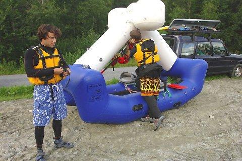 FORBEREDELSER:  Francois (t.v.) og Cyril gjør de siste forberedelsene på oversida av Laksforsen.