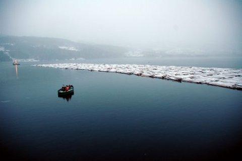 SISTE REIS: Her er den siste tømmerfløtningen fra Notodden til Skien på vei. En over 300 år gammel tradisjon og yrkesvei er borte.