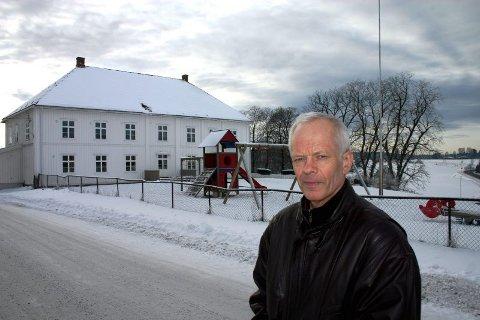 DRØMMETOMT: Harald Stokstad er bekymret for om noe kan stikke kjepper i hjulene for at en moderne barnehage bygges inntil et gammelt og verneverdig kommunehus. Derfor vil Sp-politikeren ha flere alternativer utredet. FOTO: RUNE FJELLVANG