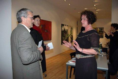 ØNSKET VELKOMMEN: Professor Odd Gisholt (til venstre) holdt tale under åpningen av Siri Bjerkes utstilling i Hamburg fredag kveld. Her sammen med billedkunstner Wenche Gisholt og Siri Bjerke. Bak til venstre står gallerieier Gardy Wiechern.