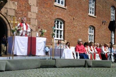 Prost Knut Lein (ved alteret) hadde tatt initiativ til pinsegudstjenesten. Ti høyre Follos prester og proster.